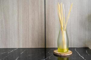 assainisseur de roseau aromatique sur table photo