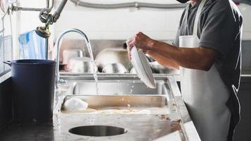 lave-vaisselle dans l'évier au restaurant photo