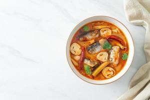 maquereau en conserve tom yum dans une soupe épicée photo