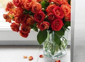 roses rouges dans un vase en verre photo