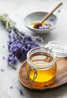 pots de miel et de fleurs de lavande fraîches photo
