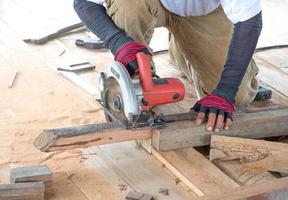homme charpentier coupant du bois photo