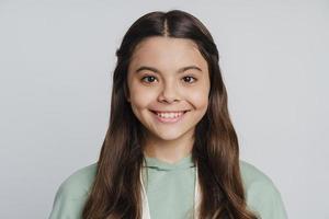 adolescente mignonne et attirante souriante sur un fond blanc photo