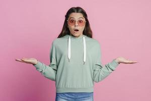adolescente surprise écarte les bras sur les côtés photo