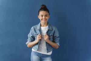 belle et attirante adolescente avec ses cheveux relevés photo