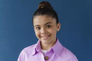 vue rapprochée, adolescente positive souriant magnifiquement photo