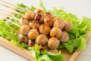 brochette de boulettes de viande grillées avec trempette épicée photo