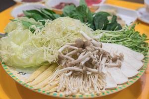 ensemble de légumes sur assiette pour sukiyaki - style de cuisine asiatique photo