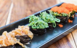 Sushi aux algues avec set de sushi mixte - cuisine japonaise photo