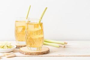 jus de citronnelle glacé sur fond de bois photo