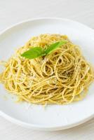 pâtes spaghetti au pesto - cuisine végétarienne et style de cuisine italienne photo