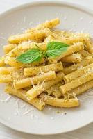 Pâtes au pesto rigatoni au parmesan - cuisine italienne et style de cuisine végétarienne photo