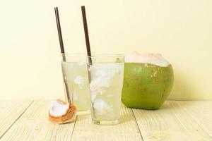 eau de coco ou jus de coco en verre avec glaçon photo