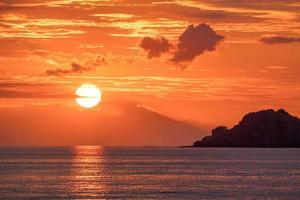 beau coucher de soleil orange doré sur l'océan. photo
