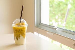 smoothies aux fruits de la passion frais avec yaourt en verre photo