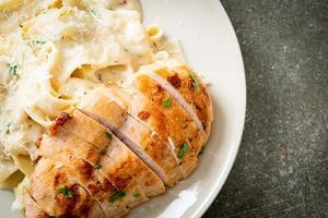 pâtes fettucine maison sauce crémeuse blanche au poulet grillé photo