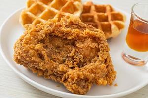 gaufre de poulet frit maison au miel ou sirop d'érable photo