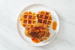 poulet frit maison avec gaufre et sauce épicée photo