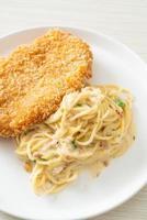 pâtes spaghetti maison sauce crème blanche avec poisson frit photo