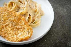 pâtes fettuccine maison sauce crème blanche avec poisson frit photo