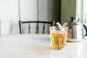 thé chinois chaud en verre sur table photo