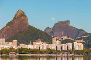 réglage de la lune près de la pierre de gavea à rio de janeiro au brésil. photo