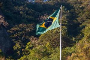 drapeau du brésil à l'extérieur des arbres en arrière-plan à rio de janeiro. photo