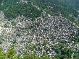 bidonville de rocinha vu du sommet de la colline des deux frères photo