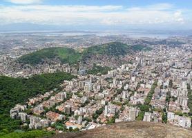 vue sur la ville de rio de janeiro depuis le sommet du pic perdu photo