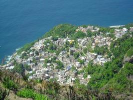 bidonville de vidigal vu du sommet de la colline des deux frères photo