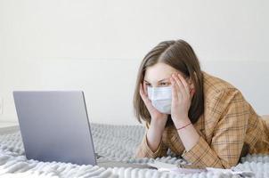 une femme d'affaires résout les problèmes de travail à distance. colère et frustration. photo