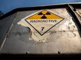 étiquette de transport de rayonnement autocollant classe 7 apposé sur l'ancien autocollant photo