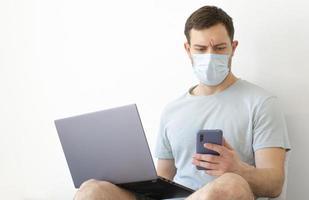 coronavirus. quarantaine. un homme résout des questions sur le travail à distance. photo