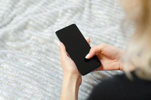 une jeune fille utilise son téléphone portable. communiquer à distance. photo