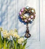 couronne de pâques sur la porte. la porte de la maison. photo