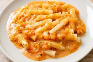 pâtes penne rigatoni sauce tomate crémeuse ou rose photo