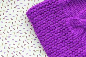 casquette à la main. fond tricoté. photo