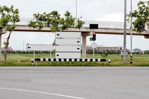 panneaux de signalisation vierges et poteau de feux de circulation sur la route. photo