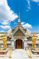 temple du bouddha d'émeraude et du grand palais à bangkok, thaïlande photo