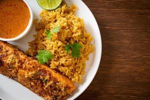 Saumon tandoori poêlé avec riz masala - style cuisine musulmane photo