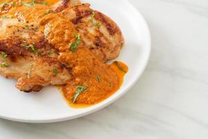 steak de poulet grillé avec sauce au curry rouge - style cuisine musulmane photo