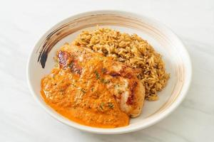 steak de poulet grillé avec sauce au curry rouge et riz - style cuisine musulmane photo