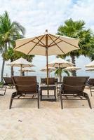 Chaise de plage vide avec palmier sur la plage avec fond de mer photo