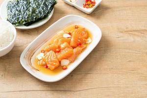 shoyu mariné cru au saumon frais ou sauce soja marinée au saumon - style cuisine asiatique photo