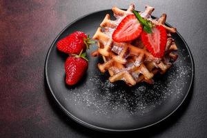 délicieuses gaufres belges fraîchement cuites au four avec des baies et des fruits photo