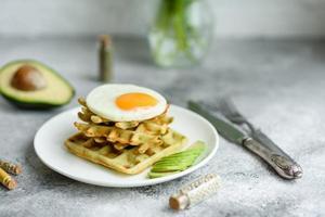 petit déjeuner frais délicieux et nutritif avec des gaufres aux épinards photo