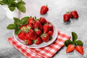 belles fraises fraîches juteuses sur la surface en béton photo