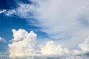 beaux nuages blancs sur fond de ciel photo