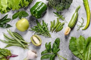 composition de légumes verts brillants et juteux, d'épices et d'herbes photo