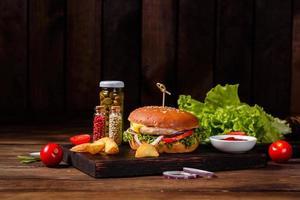 délicieux hamburger fait maison frais sur une table en bois photo